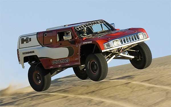 Pasando más tiempo en el aire que en la tierra, otro clásico de Gordon con su Hummer.