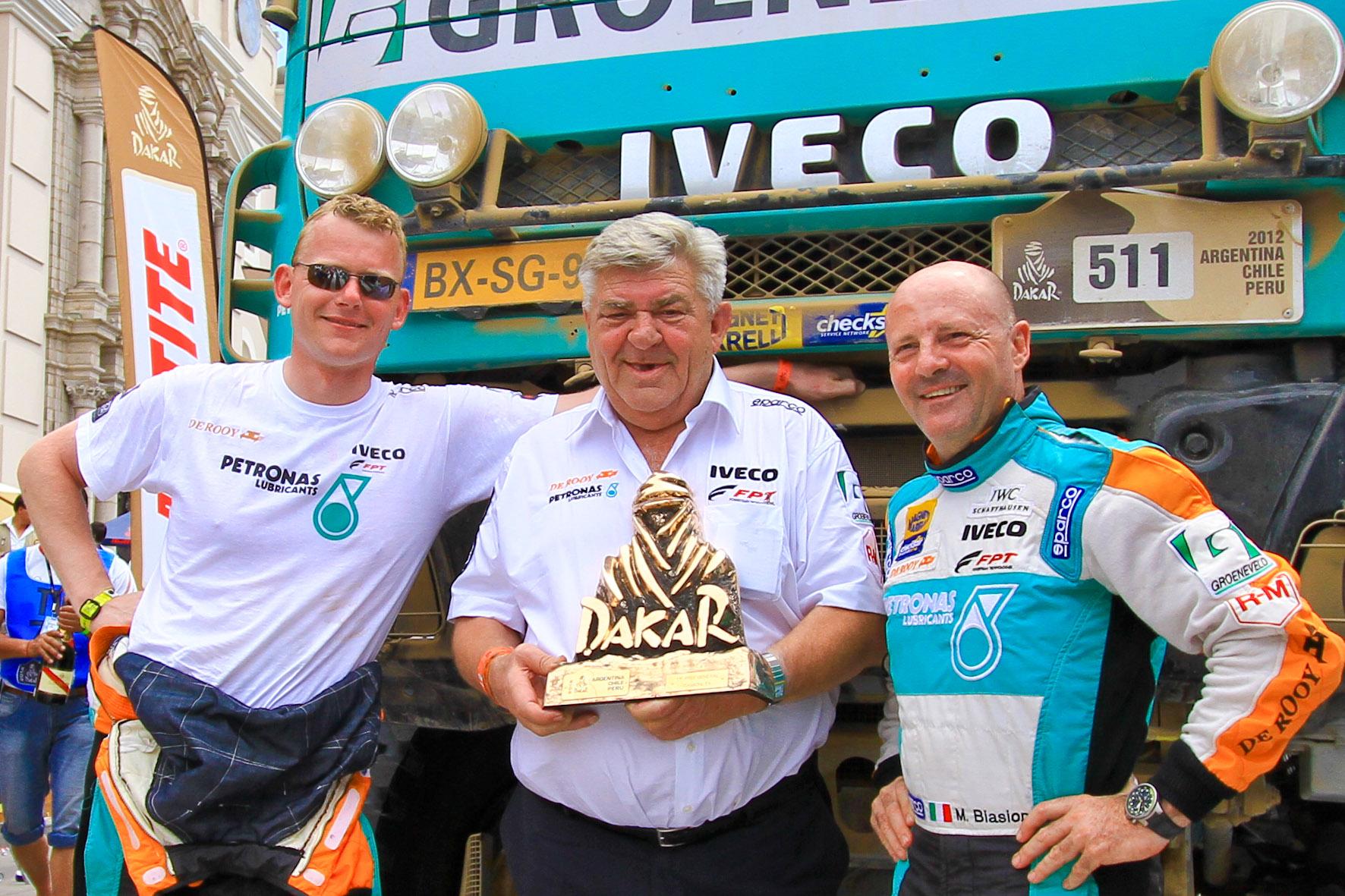 El núcleo del equipo De Rooy Iveco, de izq, a der., Gerard, su padre Jan y el italiano Biasion.