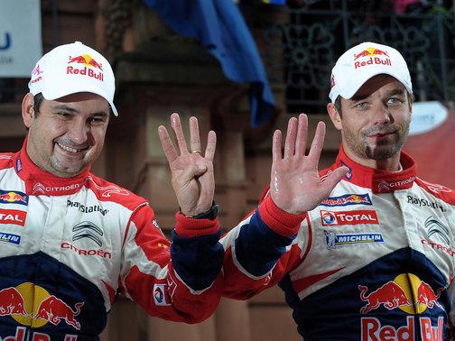 """Elena, legendario navegante de Loeb, y """"Seb"""", sumando dedos, para llegar a los nueve títulos por ellos conseguidos."""