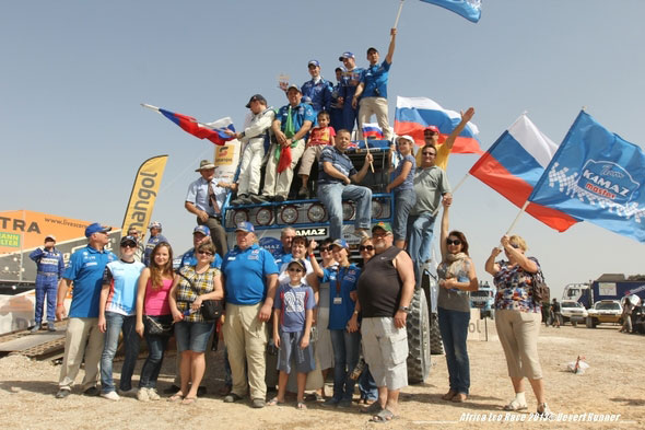 Celebra el equipo oficial Kamaz la victoria de su piloto Anton Shibalov.