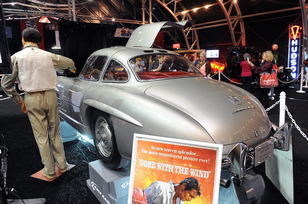 El Mercedes se exhibe con ambientación previo a la subasta. En primer plano, afiche oficial de ?Lo Que El Viento??