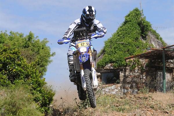 Otra fase del entrenamiento de ?Peter?, sobre un terreno similar al de la Baja y en una Yamaha de cross.