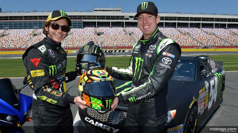 Rossi y su anfitrión, Kyle Busch, intercambian cascos luego del test...misión cumplida y relaciones públicas.