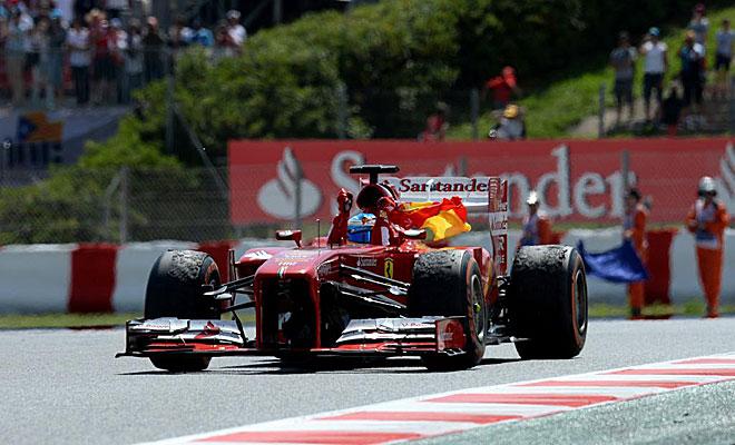 """Alonso al podio...Nótese el caucho pegado que tienen las gomas de la Ferrari por andar fuera de la """"huella""""..."""