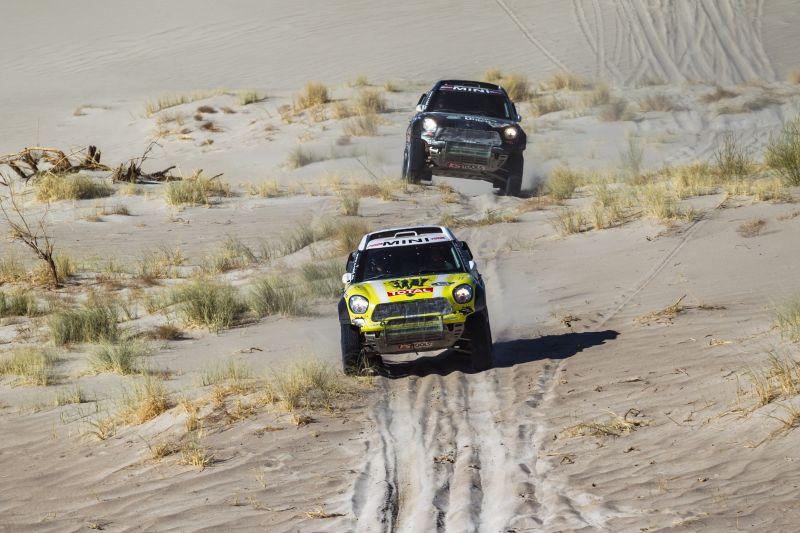 La toma es elocuente de lo que fue la carrera en Autos. Roma y Terranova ?a hierro corto? por las dunas.