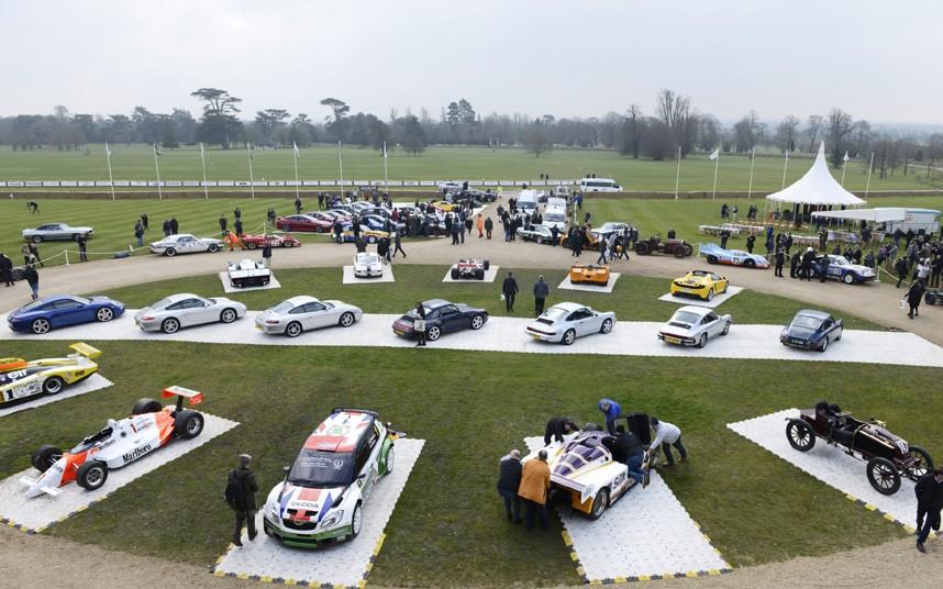 Desde la mansión, se destaca el sector central de la exhibición con distintos Porsche 911 alineados.