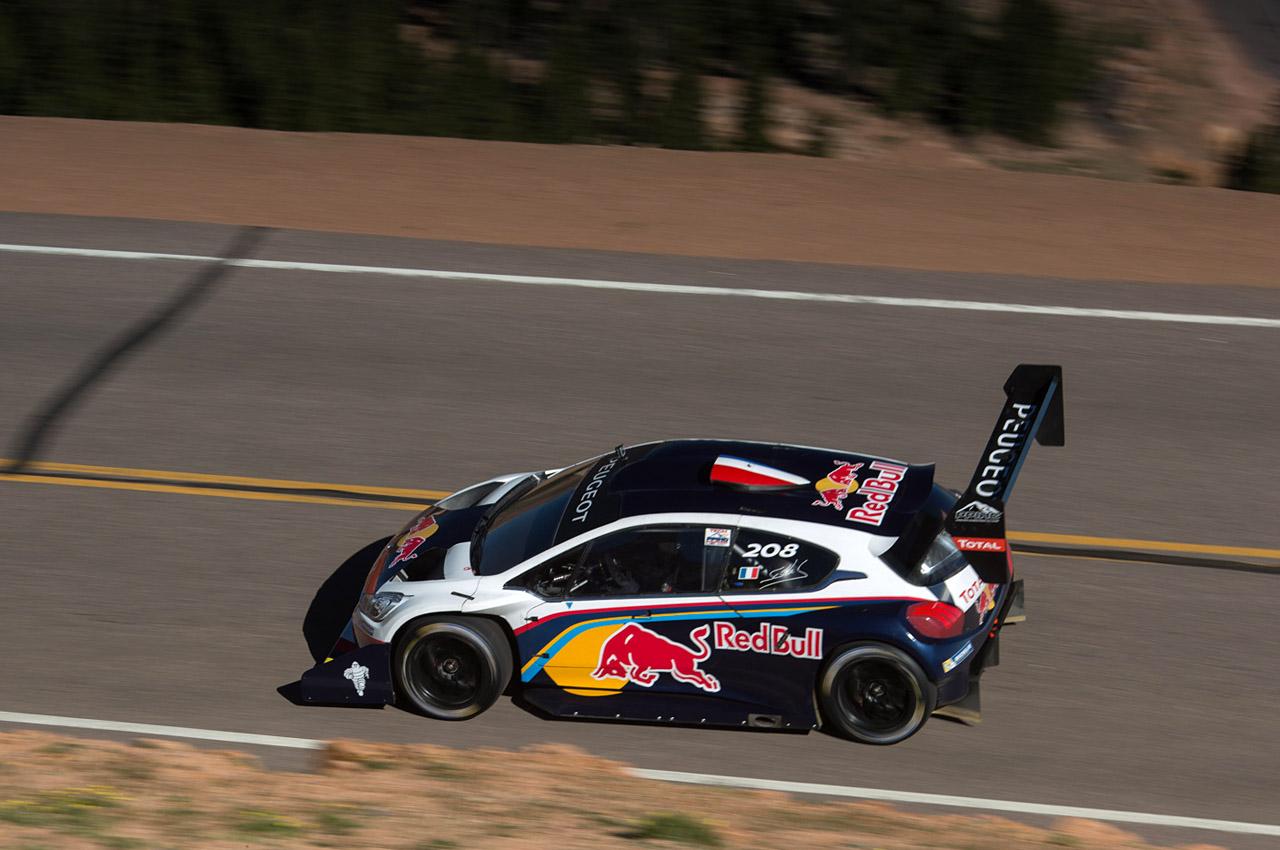 Rumbo a la cumbre. El Peugeot 208 conducido por Loeb va en busca de un nuevo record...