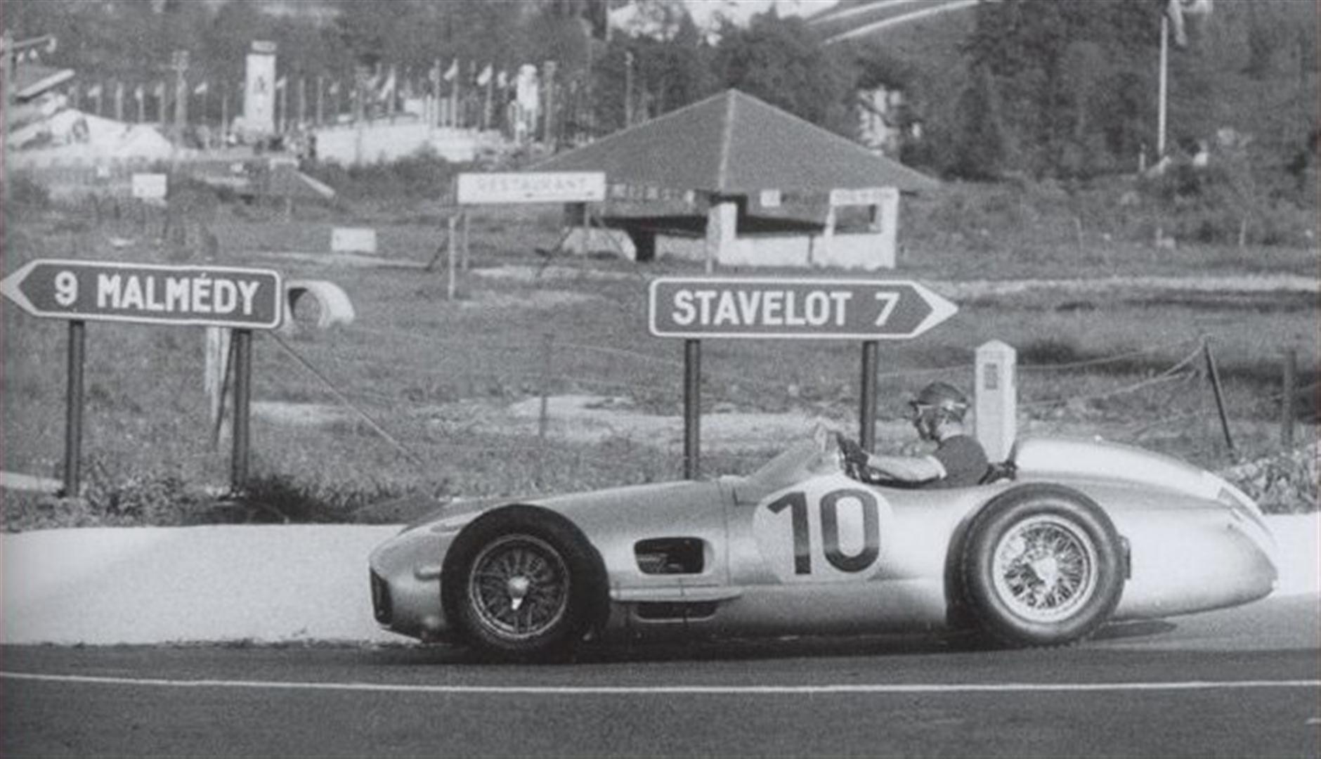 Fangio y su Mercedes camino a una victoria que sería un peldaño más hacia su tercera corona mundial...
