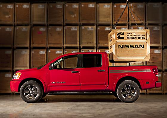 Simbolismo de la alianza: una grúa carga un cajón con un motor diesel Cummins sobre la caja de una pick up Titan...
