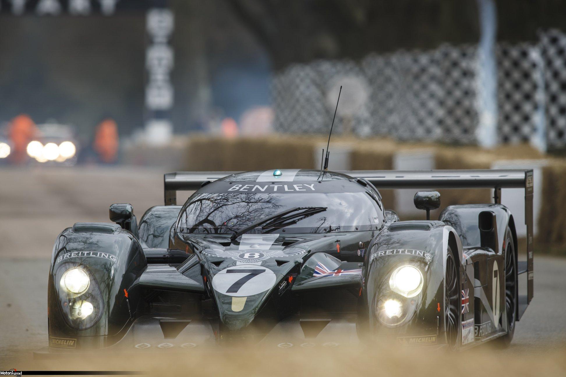 El auto vencedor de las 24 Horas de Le Mans 2003, se expone ocasionalmente en reuniones muy especiales, como aquí en el Festival de Goodwood (arriba). La réplica, fabricada por los búlgaros de AeroMaster, respeta notablemente al modelo original (abajo).