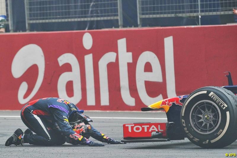 Vettel le rinde honores a su auto al cabo del G.P indio...Una pareja tremenda.