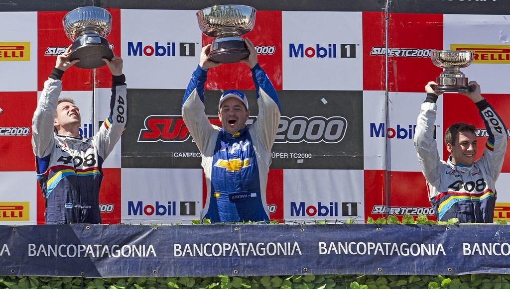 """En el podio santafesino, a Fontana lo flanquean los """"408 boys"""", Girolami (izq) y Santero (der)..."""