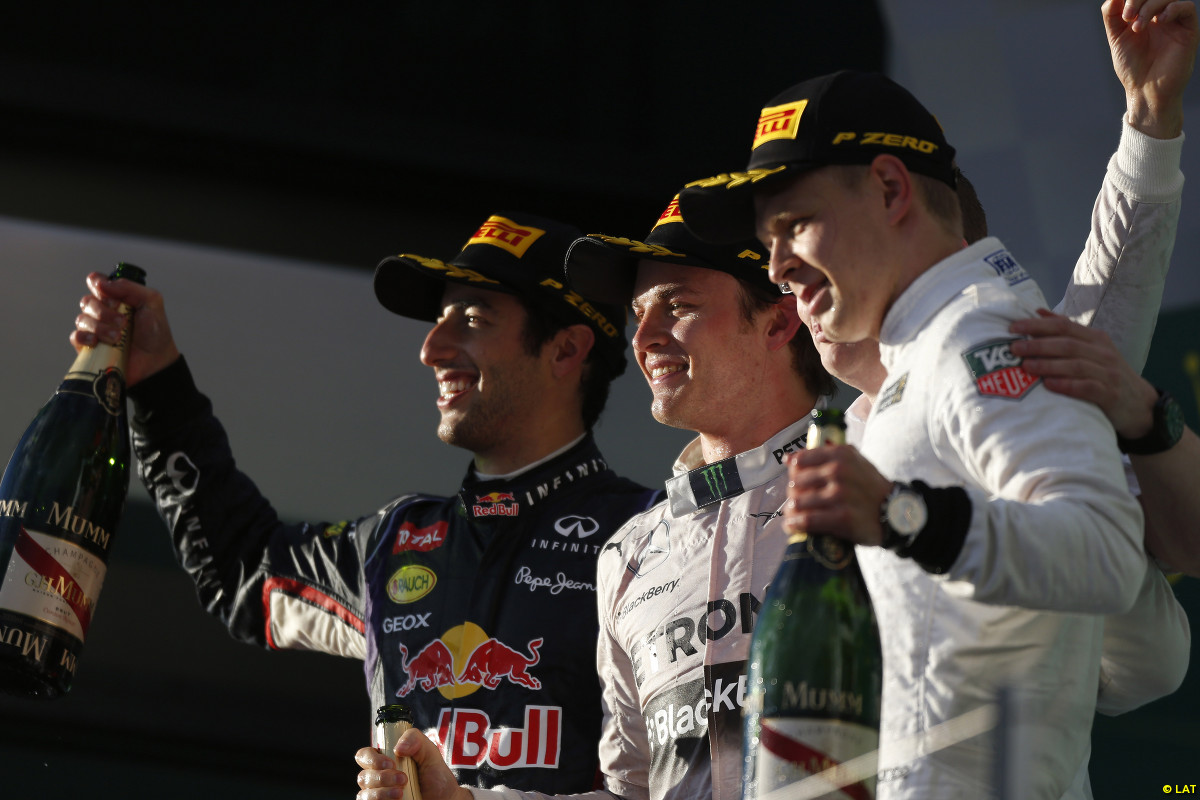Magnussen (der) y Ricciardo (izq) flanquean al vencedor Rosberg. Caras nuevas en el podio de la primera de 2014...