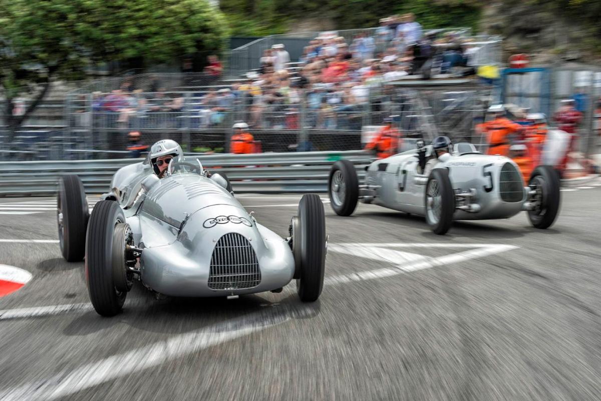 El Type D por adentro con Hackenberg y el Type C (nº5) que lleva la cámara on-board, con Ickx al volante...