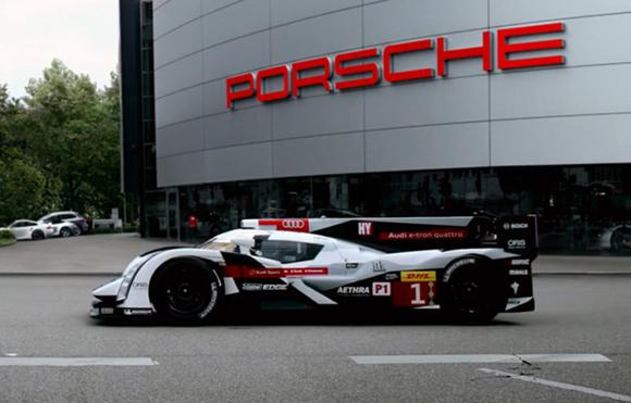 Momento culminante de la bienvenida a Le Mans de Audi a Porsche, el R18 llega a la sede de su rival...