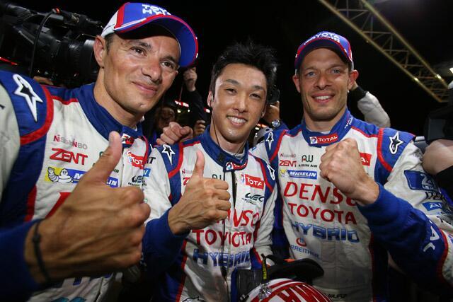 Kazuki Nakajima, aquí entre Sarazzin (izq) y Wurz, es el primer japonés en lograr la pole en Le Mans...