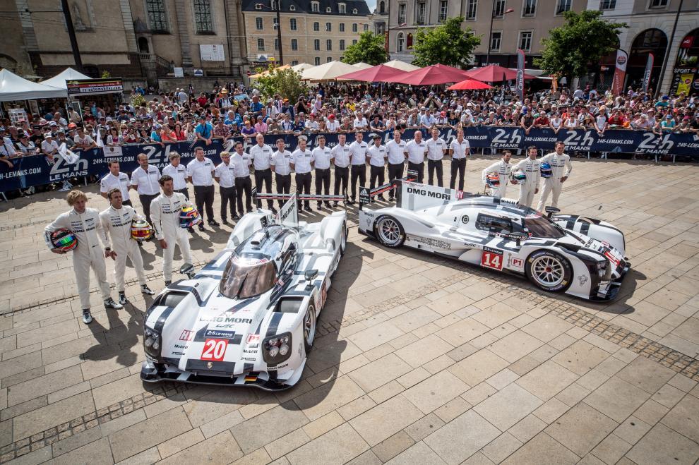 Presentación en Sociedad. Despliegue en la plaza principal de Le Mans con los dos 919 Hybrid, el nº14 (Dumas-Jani-Lieb) y el nº20 (Bernhard-Webber-Hartley)...Porsche Volvió a Le Mans...