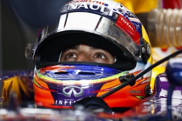 ¿Hace falta que se saque el casco para saber que Ricciardo está sonriendo?...
