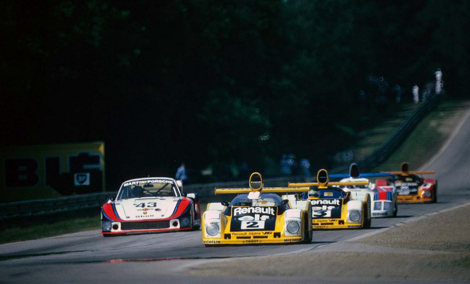 Escena de las 24 Horas de 1978 con los Alpine viajando juntos en la larga recta de Les Hunaudieres. Adelante, el nº2 (A442-B) y a la postre vencedor de Jaussaud-Pironi, seguido por el nº3 (A442-A) de Bell-Jarier, en la imagen, ambos superan a uno de los Porsche-Martini?