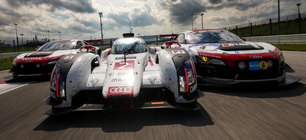 """El Audi R18 vencedor en las """"24"""" de Le Mans flanqueado por el R8 LMS nº4 coronado el Nürburgring (der.) y el otro R8 LMS nº1 ganador en Spa-Francorchamps..."""