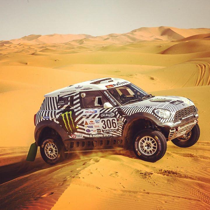 """El Mini de Terranova, con curiosa decoración estilo """"cebra"""", cabalga sobre las dunas marroquíes..."""
