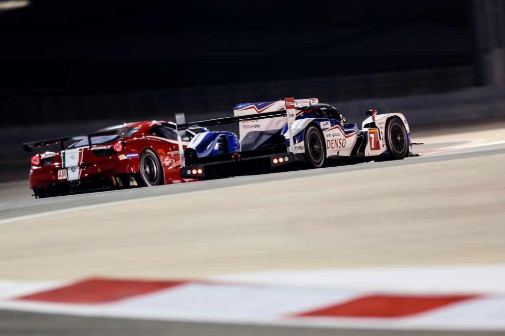 En la noche de Bahrein, el Toyota nº7 de Buemi-Davidson, se recupera de los problemas con el alternador que le hicieron perder más de media hora en boxes y marcha hacia la coronación de sus tripulantes como campeones del mundo de pilotos 2014...