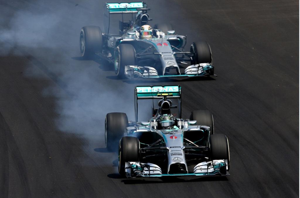 Arriba: Rosberg y Hamilton batallando envueltos en el humo propio de exigencias extremas... Abajo: Alonso y Raikkonen al borde del roce y a más de 300 km/h jugándose por...el sexto lugar!...