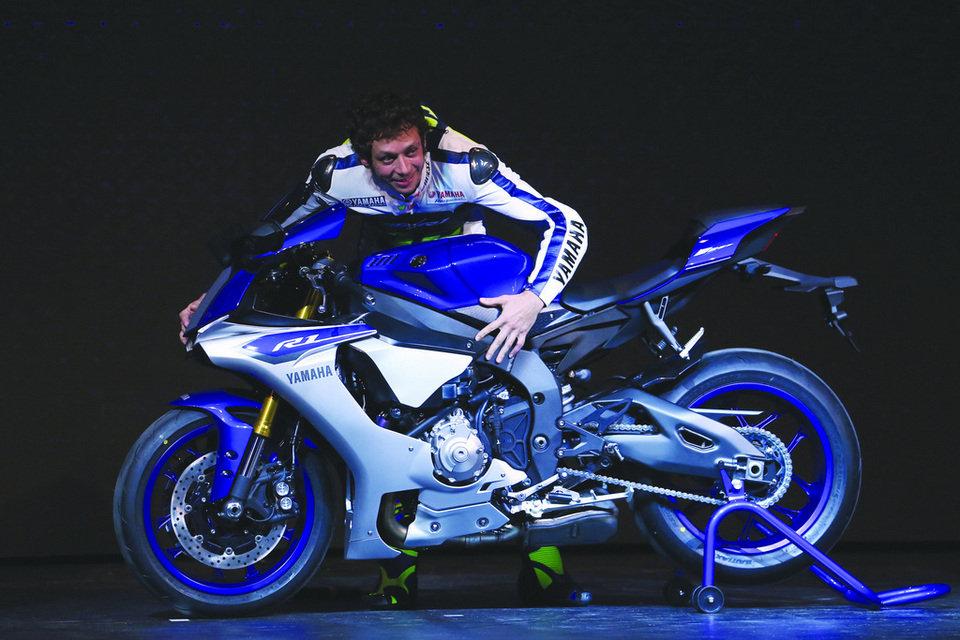Nada podría avalar más a la nueva Yamaha R1 que las caricias de Valentino...