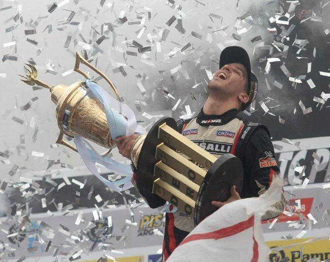Momento de gloria para Matías Rossi, coronado Campeón Argentino de TC 2014...
