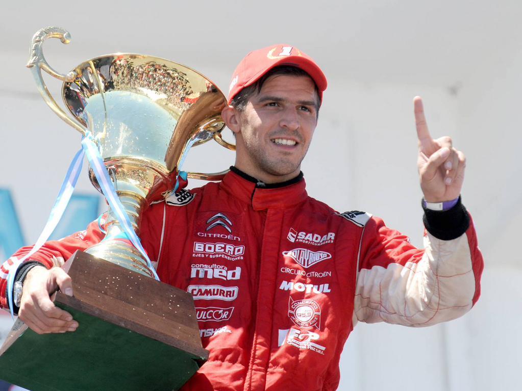 """Rossi celebra su segundo título del año en una de las mejores especialidades del automovilismo argentino, la Clase """"3"""" del Turismo Nacional. Hacía más de 10 años que un piloto no lograba un bicampeonato a nivel local..."""