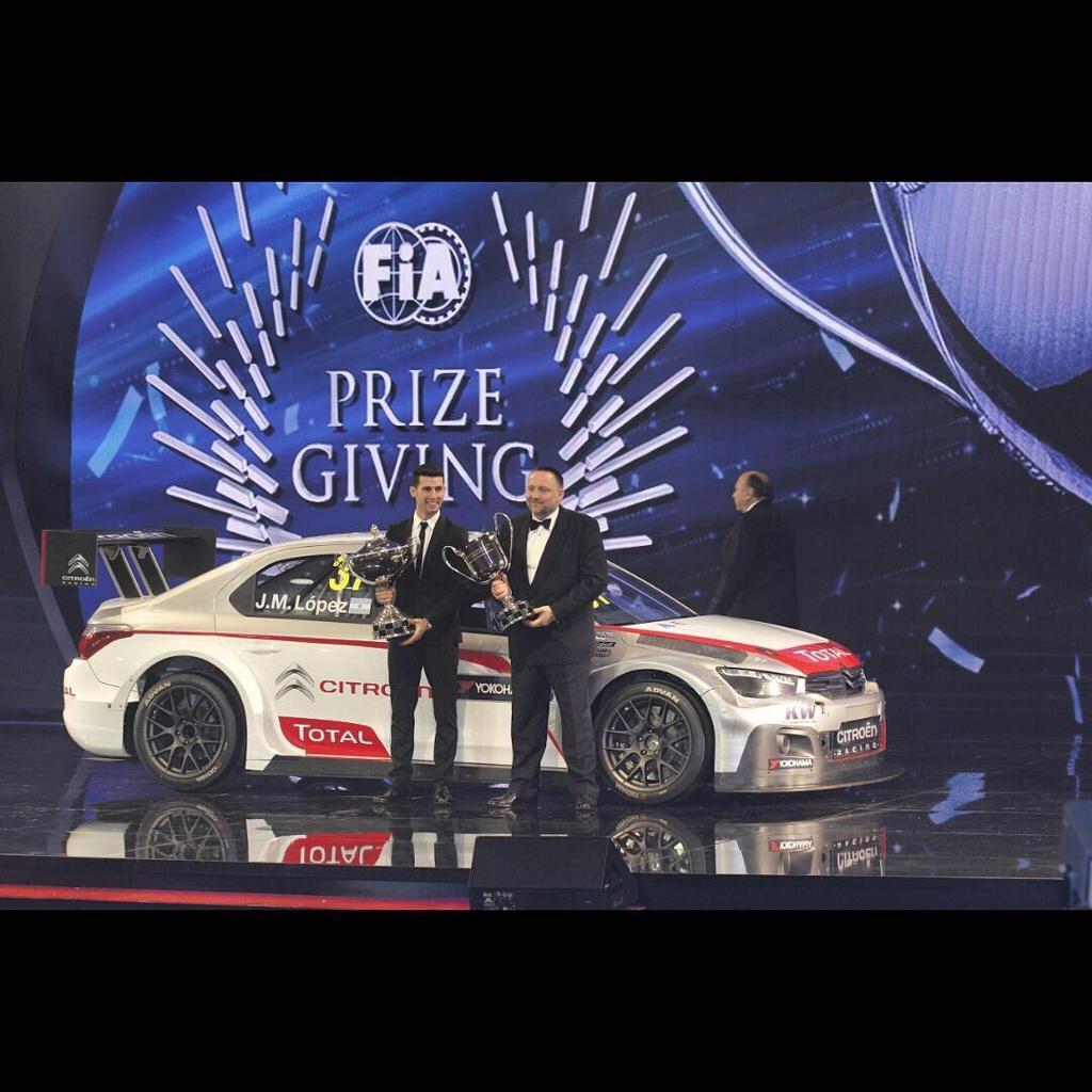 Acompañado por el máximo responsable de Citroen Sport, Yves Matton, José María López, recibe el justo premio por una temporada inolvidable...