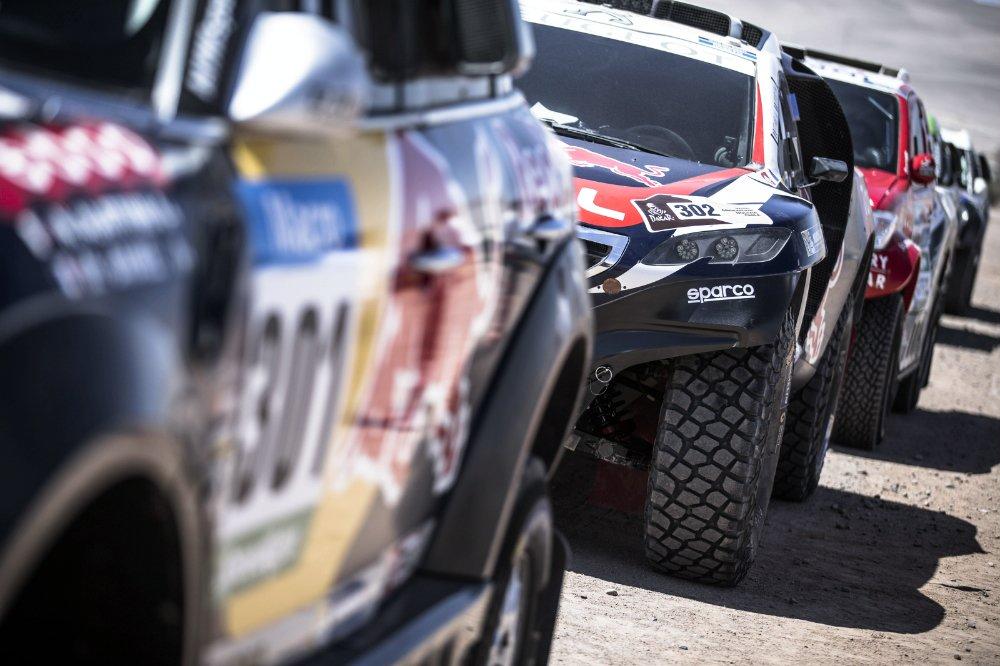 Peugeot volvió al Dakar luego de cuatro victorias consecutivas, la última, hace 25 años atrás. Y como todo debut, los problemas de dentición estuvieron a la orden del día, sin embargo, la marca llegó a estar cuarta con Sainz antes de su vuelco y, finalmente, logró el 11º lugar con Peterhansel y el 34º de Després, que dieron la vuelta. Los espera un arduo trabajo de puesta a punto general...