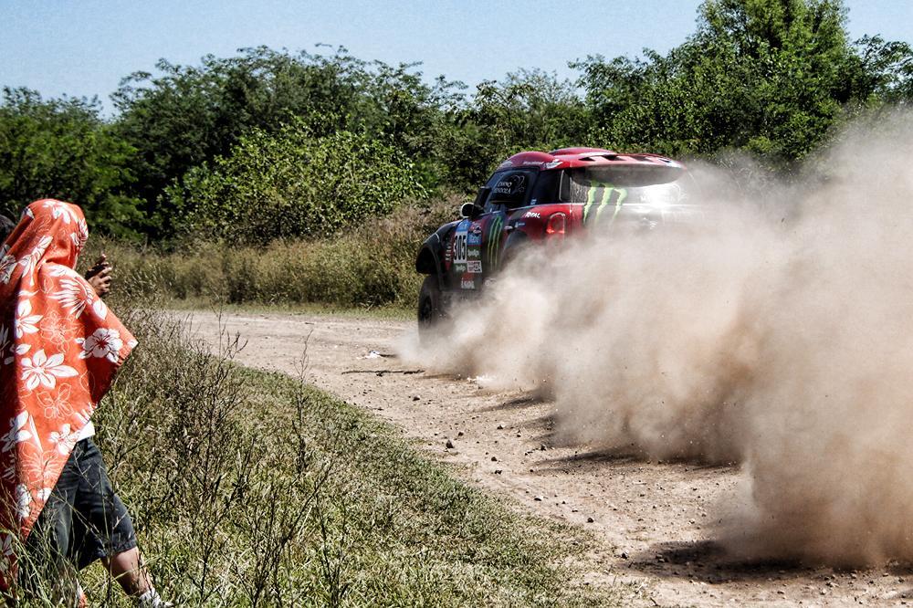 Avanza Terranova en lo que sería su tercera etapa-Dakar ganada, que sin duda será la más recordada porque lo encumbró como el primer piloto argentino que lidera un Dakar en la general absoluta...