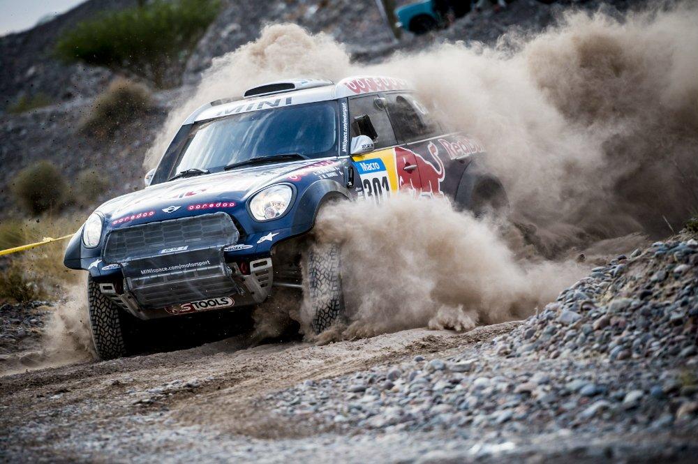 En su elemento, el príncipe qatarí mantiene gran ritmo y se escapa de los rivales. Pero su Mini está solo y rodeado de Toyotas y todos sabemos que en el Dakar eso no es bueno para una marca...