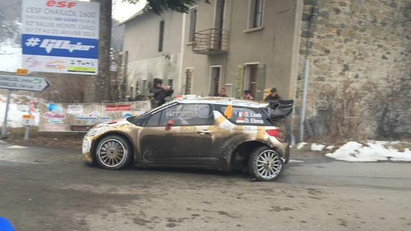 """El DS 3 de Loeb avanza hacia el servicio con la rueda trasera izquierda totalmente fuera de lugar. La rotura de la suspensión después del """"piedrazo"""" acabó con las expectativas de muchos..."""