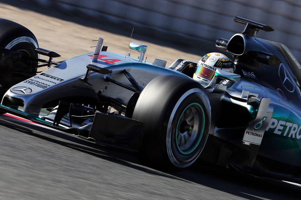Usando por primera vez neumáticos blandos, el campeón Hamilton consolidó el dominio de Mercedes, con el tiempo más veloz de hoy y el segundo absoluto de las pruebas, detrás de su compañero Rosberg...