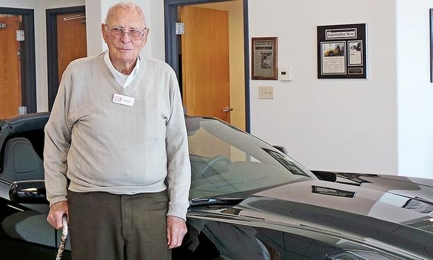 Con sus flamantes 100 años recién cumplidos, Derrell Alexsander, sigue presentándose todas las mañanas, a las 8, en su puesto de trabajo...