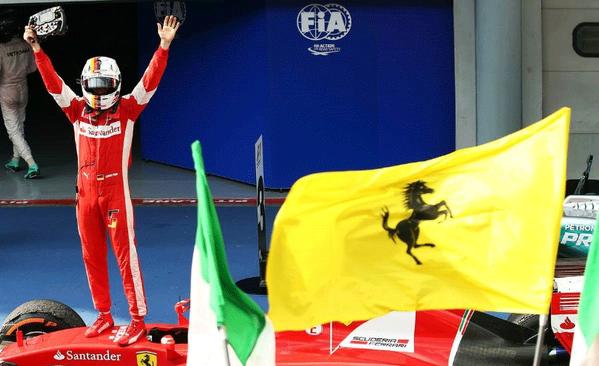 Vettel, volante en mano, celebra sobre la SF15-T...