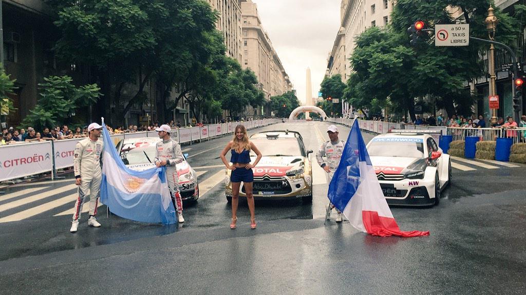 """Rossi, López y Loeb con banderas de Argentina y Francia, los tres Citroen que los identificaron y la presencia de """"Pampita"""" Ardohain, embajadora de la marca a nivel local. El Obelisco de fondo testimonia el escenario..."""