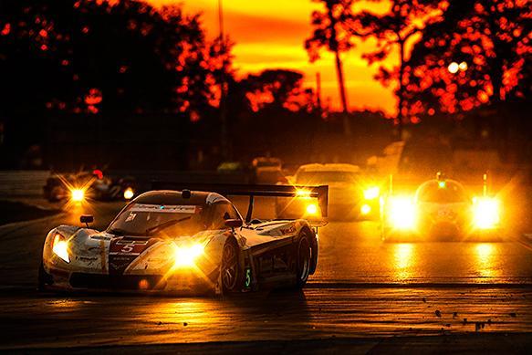 El Corvette DP vencedor en el ocaso sobre Sebring. Recorrió algo más de 2.000 kilómetros de carrera...