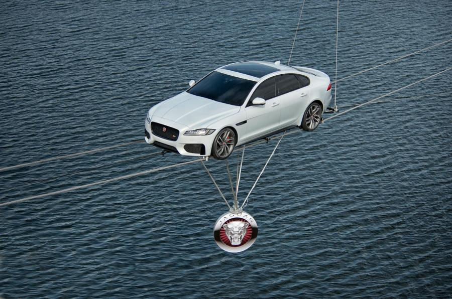 """Reiterativo Jaguar, el XF llega """"por el aire"""", suspendido con cuerdas flojas sobre el río Támesis en Londres..."""