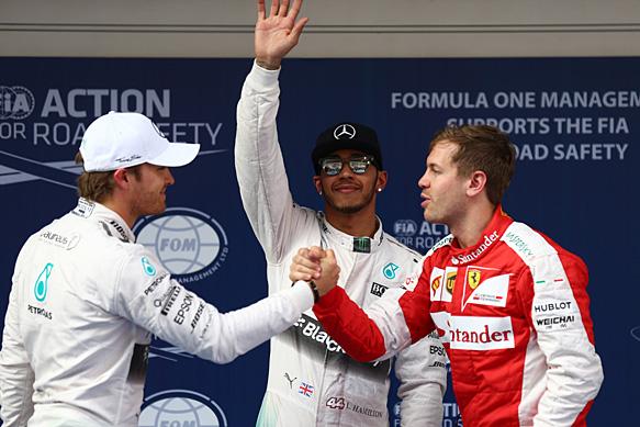 Mientras que Rosberg (izq) y Vettel se saludan congratulándose, Hamilton le dedica su pole al público. Los tres prometen gran batalla para mañana...