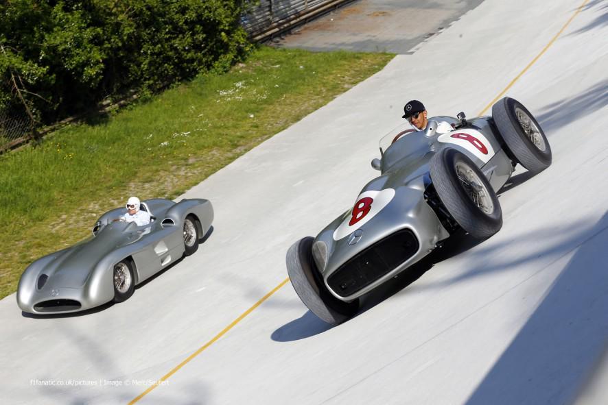 Los W196-R en sus dos versiones, tripulados por Hamilton y Moss, acompañados por el espíritu de Fangio, en los peraltes de Monza...