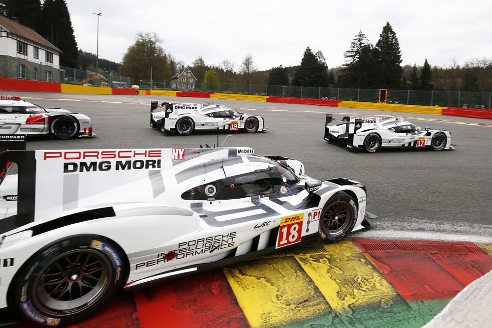 No bien largados y superando la primera curva, el escuadrón de los 919 se coloca en los tres primeros puestos de la carrera postergando al primer rival (el Audi nº7 finalmente vencedor)...