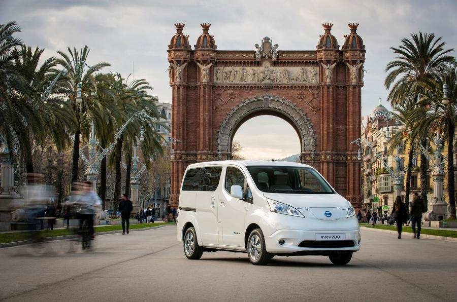 Con una autonomía de 170 kilómetros, el nuevo e-NV200 será ideal para el transporte de grupos de personas por zonas de bajas emisiones...