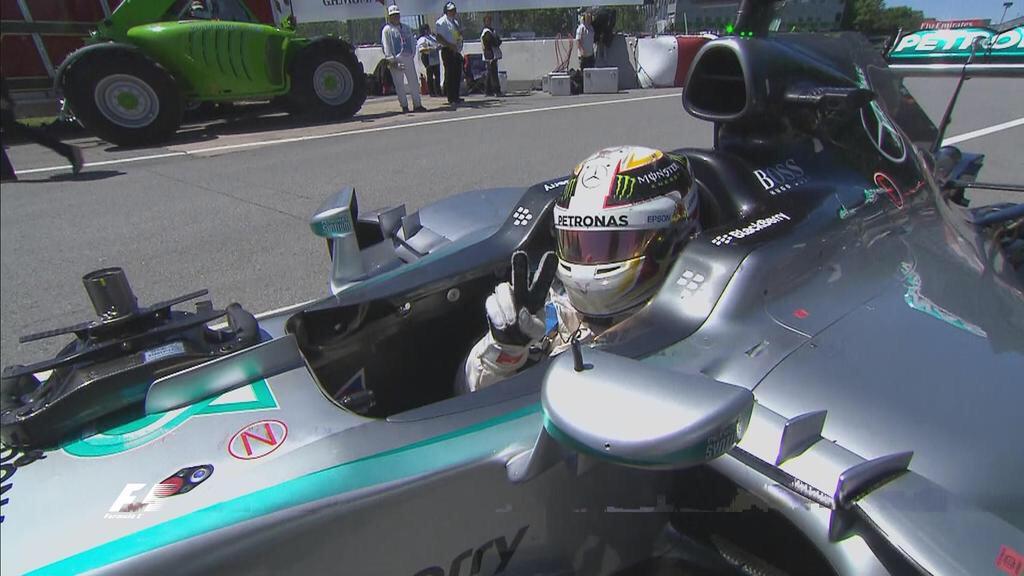 Ya informado de su pole, Hamilton celebra al estilo inglés...