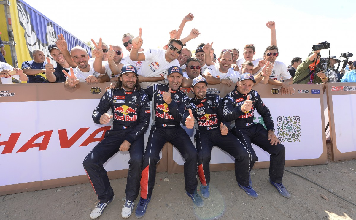 Ambas tripulaciones celebran el 1-2 de Peugeot...