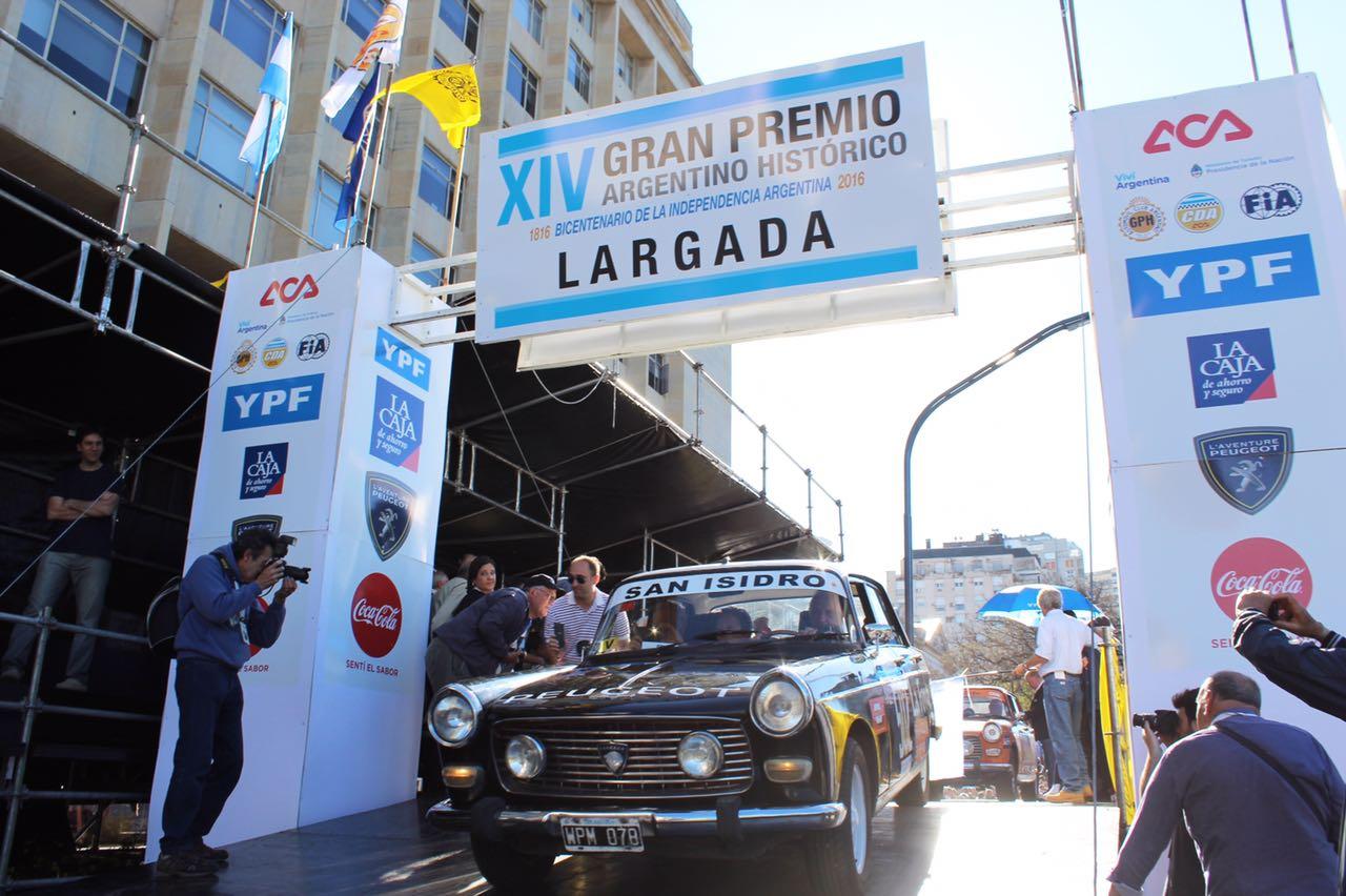 """Larga el legendario """"Cóndor"""" Migliore sobre su impecable Peugeot 404..."""