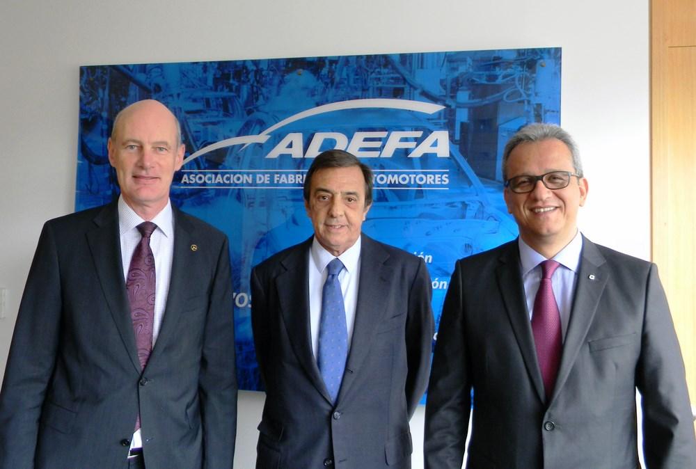 Luis Ureta Saenz Peña (centro), flanqueado por Joachim Maier (izq) y Luis Fernando Peláez Gamboa (der)...