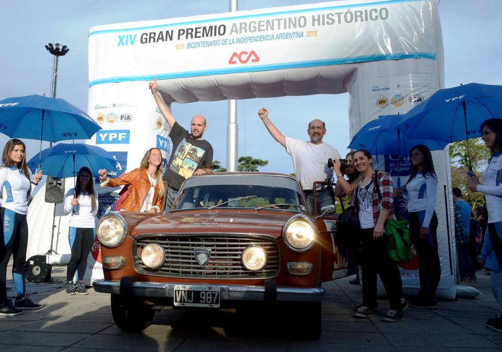 Los Galardi, ganadores en la general, sobre su Peugeot 404 de 1974...